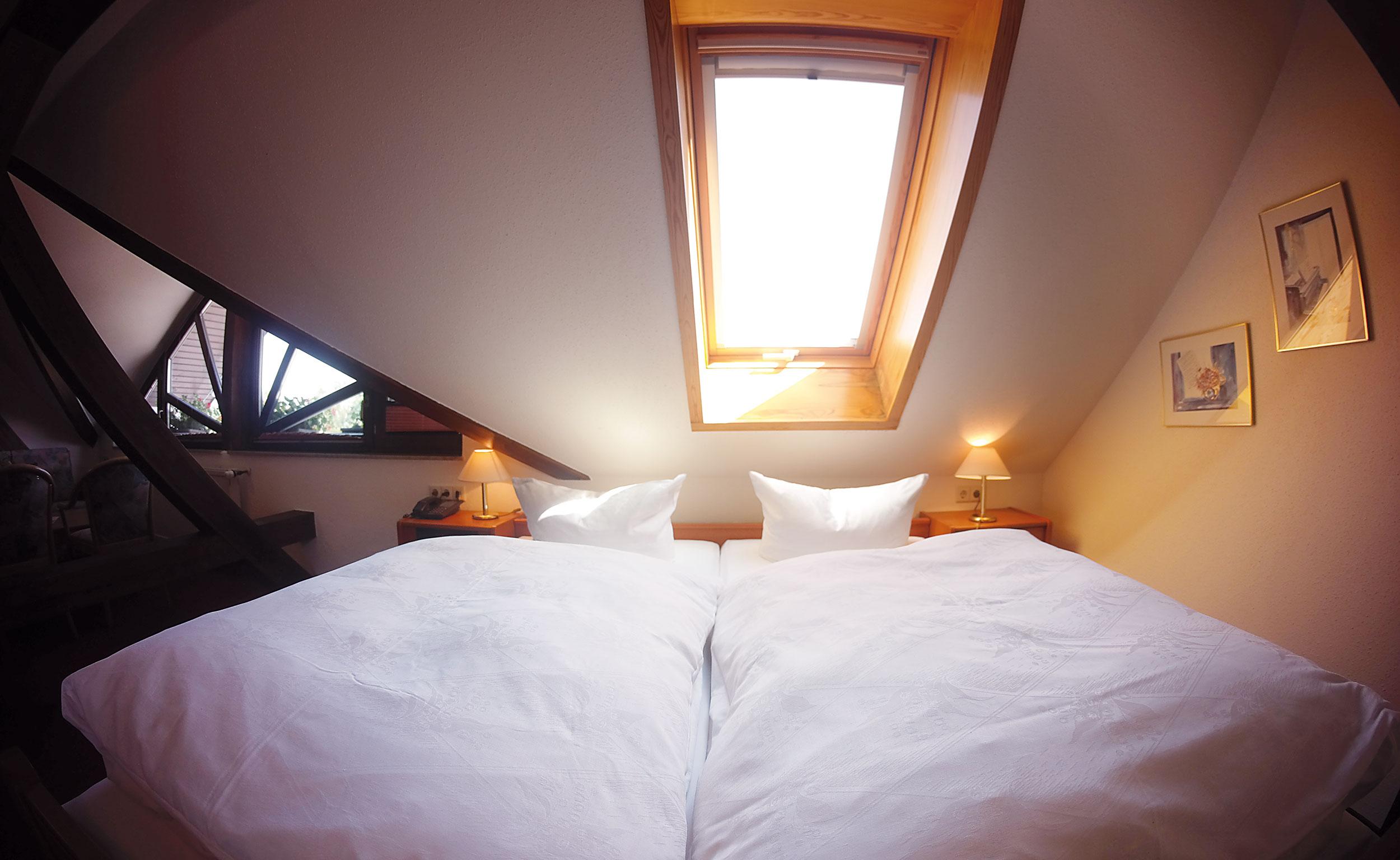 Komfortzimmer unterm Dach mit Doppelbett